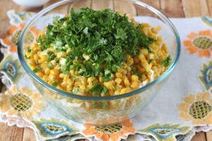 Салат из молодой капусты, плавленого сыра и кукурузы