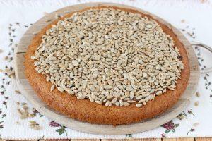 Медовый пирог с семечками и сгущенкой