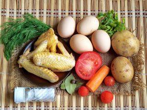 Суп из петуха с яйцом и помидорами