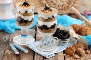 Десерт из чернослива и сметаны