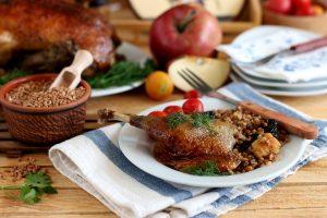 Утка в духовке с яблоками, черносливом и гречкой