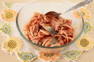 Сельдь, маринованная с томатом и луком