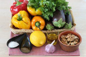 Греческий салат с баклажанами и орехами