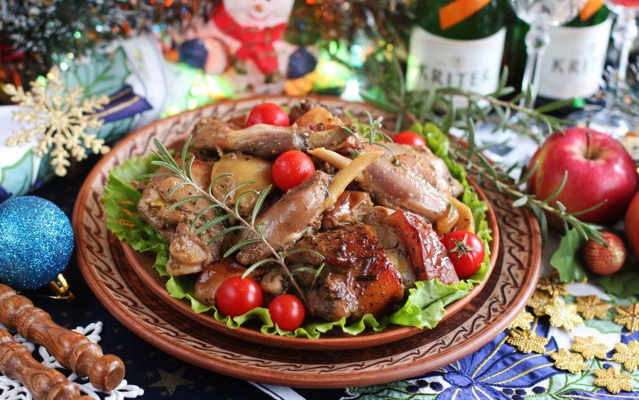 Кролик в красном вине с розмарином и яблоками
