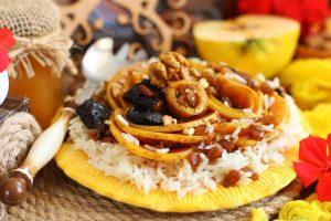Карамелизированная айва с рисом и сухофруктами