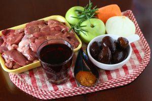 Печень с фруктами в винном соусе