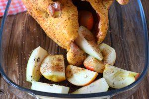 Медовая курочка с яблоками и грушами