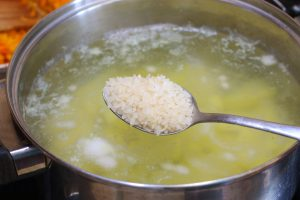 Сытные щи с рисом и горошком из квашеной капусты