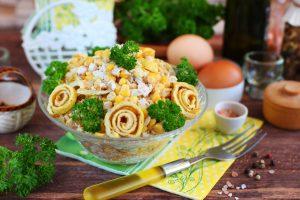 Салат с кукурузой, курицей и яичными блинчиками
